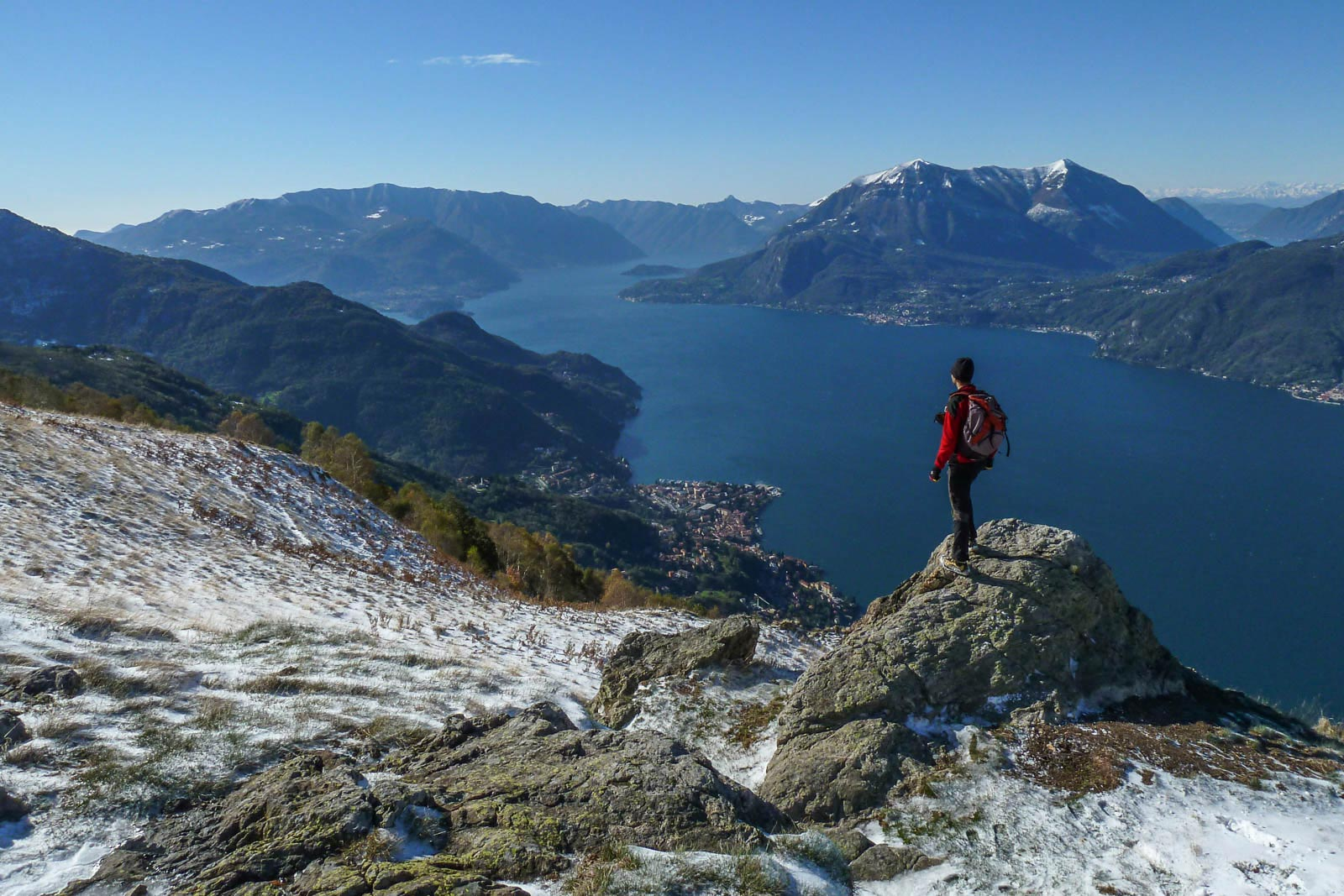 Dai pressi di Camaggiore, sui monti di Bellano, la vista spazia sull'alto lato di Como, sulla penisola di Bellaggio e sulla massiccia sagoma dei monti Tremezzo e Crocione.